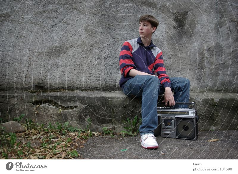 Cold Music Retro Jeans Leisure and hobbies Concert Radio (broadcasting) Hip-hop Kick Old-school Ghetto blaster Listen to music