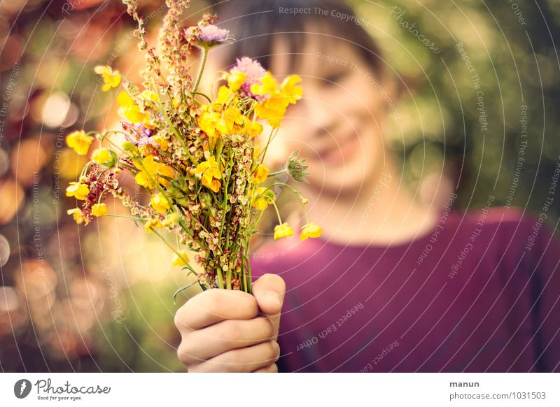 Take it! Mother's Day Birthday Human being Child Boy (child) Family & Relations Friendship Infancy Youth (Young adults) Life Hand 1 Flower Wild plant Bouquet
