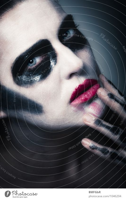Dark Queen Make-up Hallowe'en Human being Feminine Woman Adults Hand Fingers 1 30 - 45 years Aggression Exceptional Threat Cool (slang) Dirty Creepy Eroticism