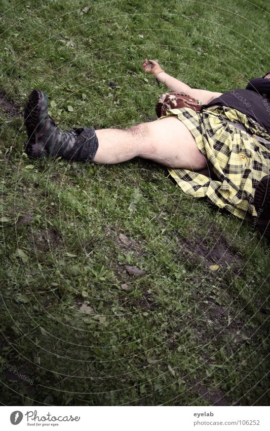Tradition can also claim victims Scotsman Kilt Grass Highlands Great Britain Highland Games Band together Squad Playing War Argument Leisure and hobbies Boots