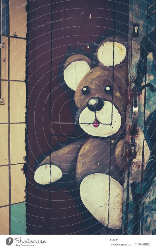 I'm a bear liner. Lifestyle Style Design Leisure and hobbies House (Residential Structure) Art Youth culture Outskirts Wall (barrier) Wall (building) Facade