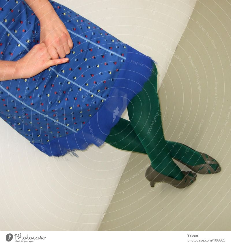 vernissage ... Art Visitor Diagonal Woman Vernissage Dress Blue Timidity Wait Tights Green Hand Sheepish High heels Legs