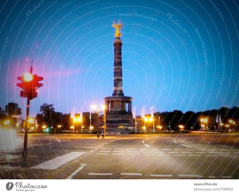 big star Night Traffic circle Goldelse victory statue Traffic light Red Transport Tourism Landmark Berlin Traffic infrastructure Monument Angel Mixture