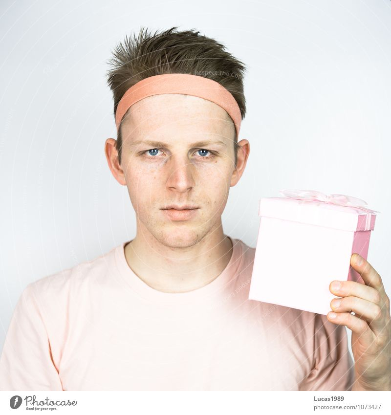 young man in pink with present Human being Masculine Young man Youth (Young adults) Man Adults 1 18 - 30 years T-shirt Headband Hairband Hair and hairstyles