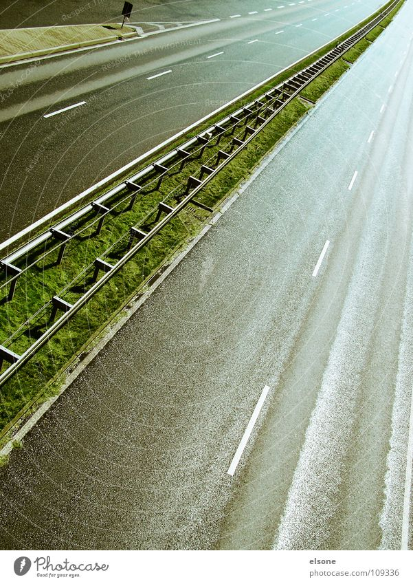 ::AUTOPISTA:: Highway Infrastructure Transport Concrete Crash barrier Multi-line Wet Dangerous Vehicle Driving Median strip Vanishing point Central Green Gray
