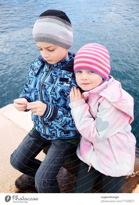 lean on my shoulder ... Child Girl Boy (child) Brothers and sisters Sister Infancy 2 Human being 3 - 8 years 8 - 13 years Water Coast Ocean Jacket Cap Emotions