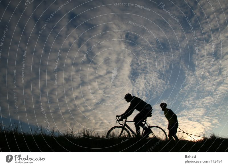 Sky Clouds Leisure and hobbies Cycling Sporting event Funsport Motorcyclist Overtake