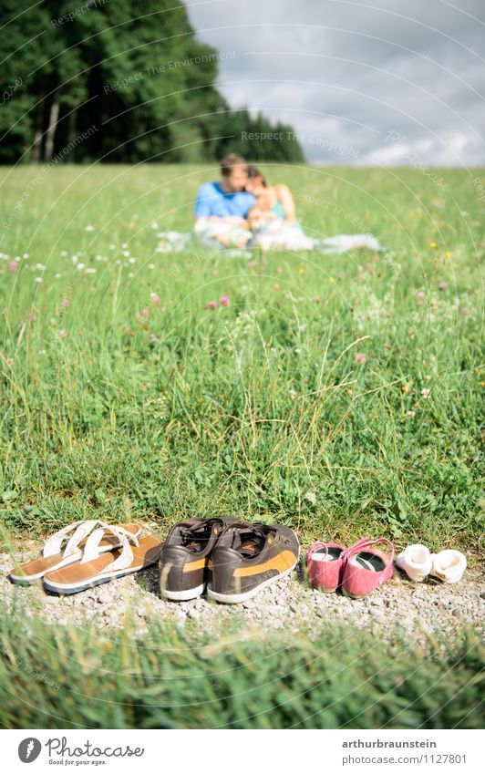 Picnic in the sun Happy Leisure and hobbies Trip Freedom Human being Masculine Feminine Child Girl Young woman Youth (Young adults) Young man Parents Adults