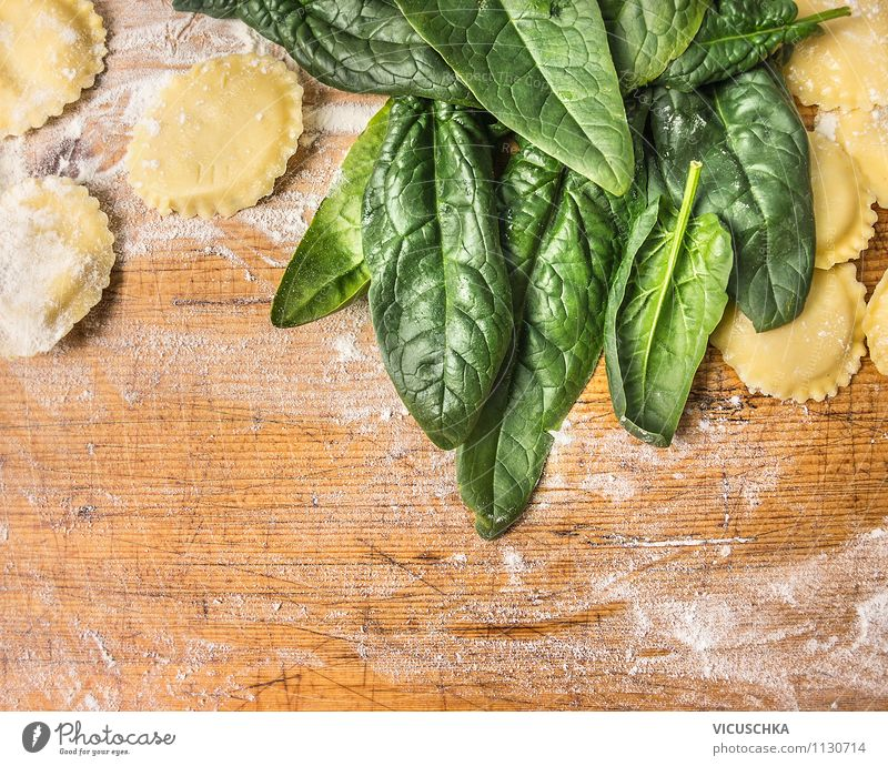Make ravioli with spinach Food Vegetable Lettuce Salad Dough Baked goods Herbs and spices Nutrition Lunch Organic produce Vegetarian diet Diet Italian Food