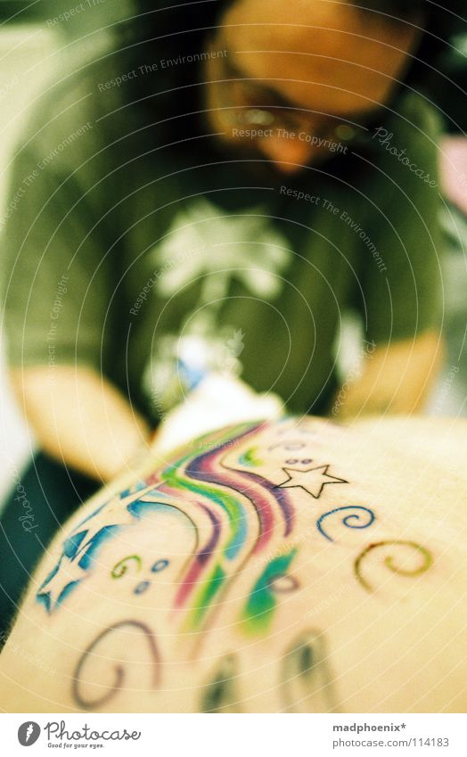 at work Endurance Workshop Art Arts and crafts  Tattoo Star (Symbol) Pain Skin Back Swirl Patient tattooist Colour Happy