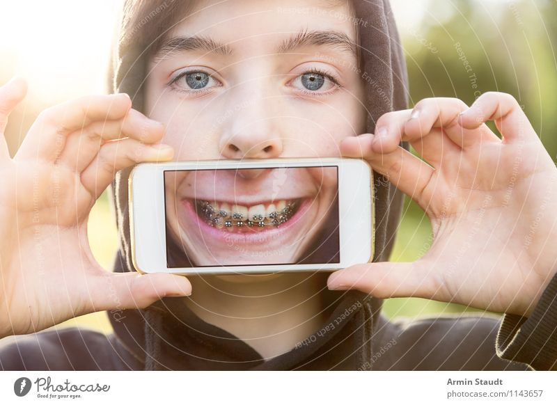 Virtual Reality II Lifestyle Style Design Joy Show your teeth Telecommunications Cellphone PDA Technology Human being Masculine Young man Youth (Young adults)