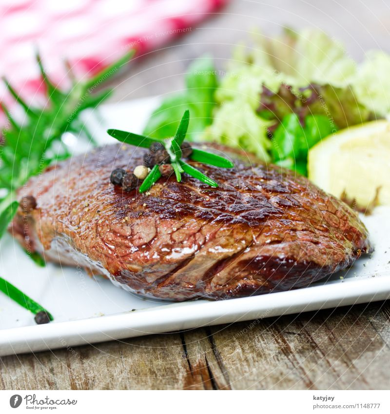 steak Steak Filet mignon Roastbeef fillet steak Media Pepper Peppercorn hip steak Roast joint Beef Meat Wooden board Cattle Steakhouse Barbecue (apparatus)