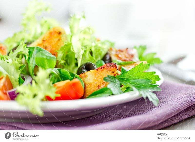 salad Cooking oil Salad leaf Lettuce Tomato Lamb's lettuce Chicken Appetizer Chicken salad Dinner Appetite Vegetable Healthy Eating Barn fowl Olive Onion