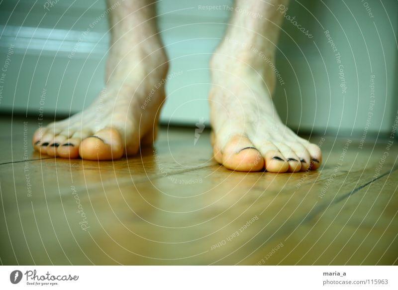 Flos flat feet Toes Nail polish Toenail Black Floor covering Wooden floor Stand Masculine Man White Winter Cold Freeze Barefoot Boredom Feet deelen Door Ankle