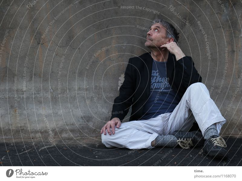 . Masculine Senior citizen Life 1 Human being 60 years and older Wall (barrier) Wall (building) T-shirt Pants Jacket Footwear Gray-haired Short-haired