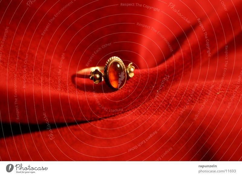 Red Gold Gift Circle Romance Kitsch Jewellery Ring Velvet Cloth
