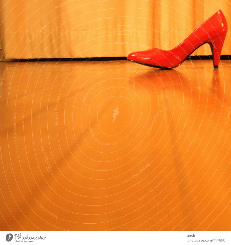 The shoe Manitu took his wife from Footwear High heels Parquet floor Laminate Wooden floor Red Flashy Lady Chic Going Clothing Floor covering shoes Loneliness