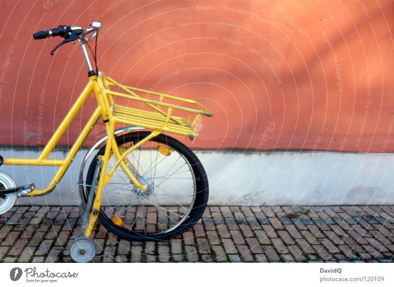 flat Bicycle Means of transport Breakdown Lie Stagecoach Wall (building) Facade Wall (barrier) Broken Postman Yellow Red Services Leisure and hobbies