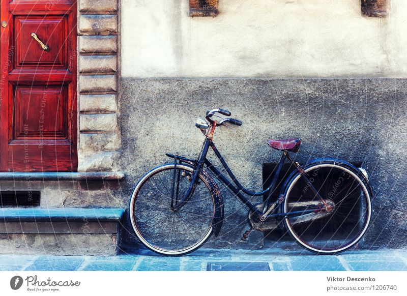 Vintage bicycle against the wall in front of the door City Old Colour Summer House (Residential Structure) Black Yellow Life Street Architecture Style Building