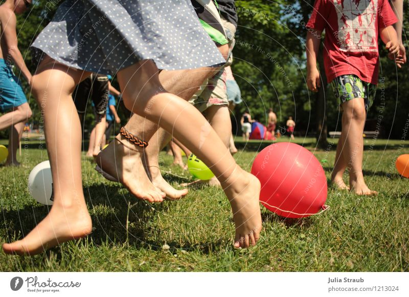 Catch the balloon. Human being Legs Feet 6 Group Group of children 8 - 13 years Child Infancy 13 - 18 years Youth (Young adults) Tree Grass Meadow Skirt
