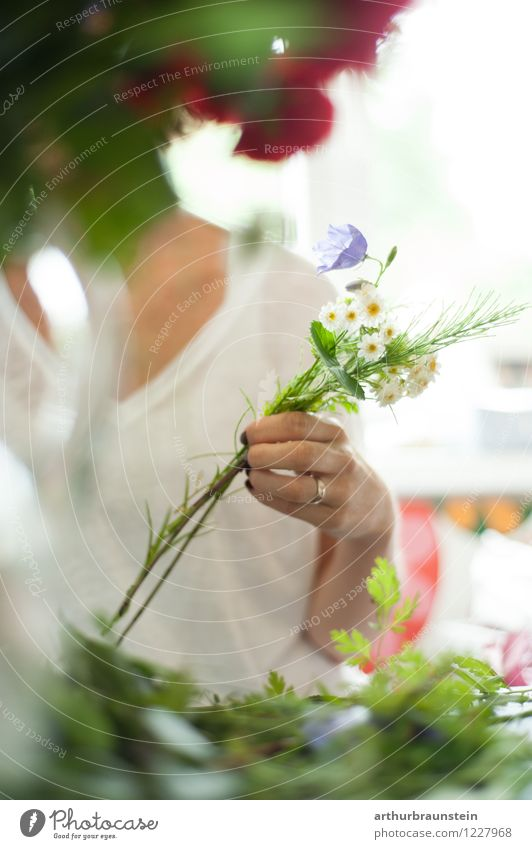 Binding a bouquet of garden flowers Lifestyle Style Leisure and hobbies Valentine's Day Work and employment Profession Gardener Market garden Workplace Economy