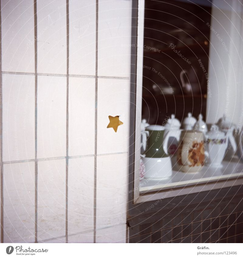 Old White Street Wall (building) Dirty Signs and labeling Star (Symbol) Broken Decoration Tile Sidewalk Discover Crockery Traffic infrastructure