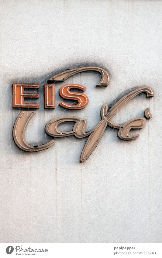EIS Café Food Ice cream Nutrition Leisure and hobbies Restaurant Workplace Services Wall (barrier) Wall (building) Stone Characters Eating Subdued colour