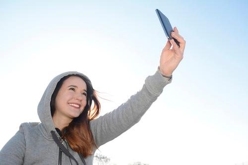 selfie Lifestyle Joy Cellphone PDA Human being Feminine Young woman Youth (Young adults) Woman Adults 1 18 - 30 years Laughter Happy Happiness Cool (slang)