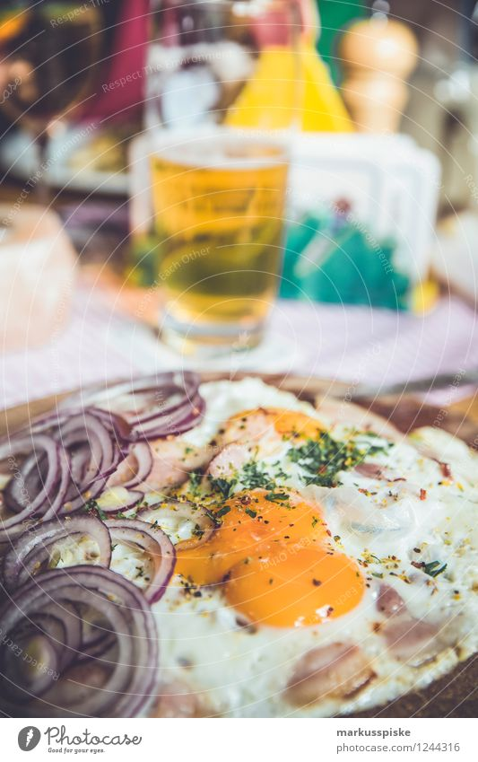 mountaineer breadtime snack Meat Bread Herbs and spices Onion Fried egg sunny-side up Ham Nutrition Lunch Organic produce Beer Lifestyle Leisure and hobbies