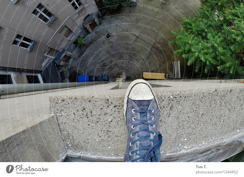 I like Berlin Living or residing Flat (apartment) Human being Feet 1 Fear Footwear Courtyard Hopelessness Old town Backyard Old building Suicide victim