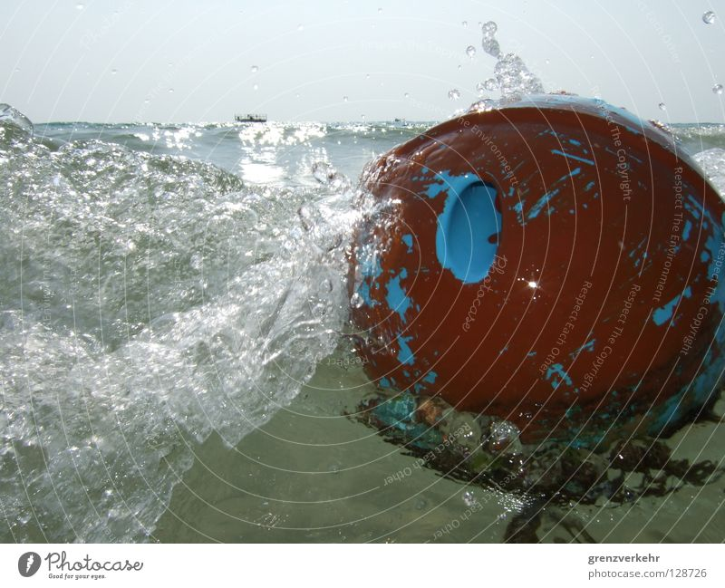 Water Ocean Watercraft Waves Drops of water Wet Force Ball Leisure and hobbies Sphere Dynamics Inject Buoy Sea water Water blister Bowling ball