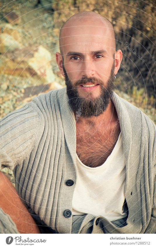 con barba Young man Youth (Young adults) 1 Human being 18 - 30 years Adults Nature Plant Bushes Bald or shaved head Beard Smiling Looking Sit Friendliness