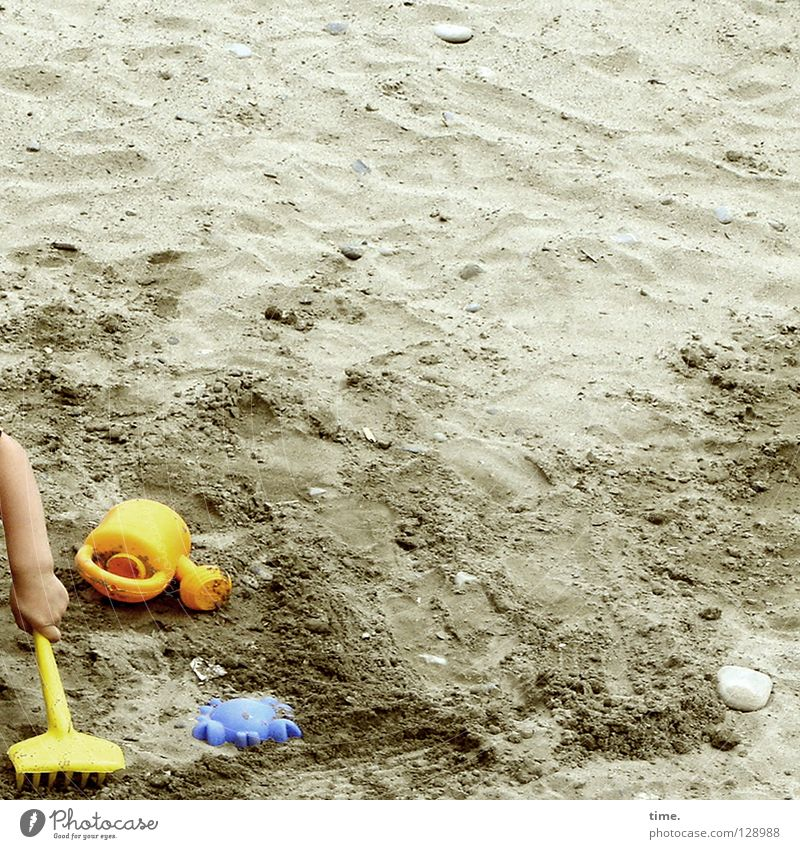 Child Blue Hand Vacation & Travel Summer Loneliness Yellow Playing Sand Work and employment Leisure and hobbies Arm Tracks Toys Creativity Playing field