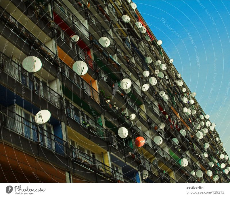House (Residential Structure) Berlin Society Television Prefab construction Welcome Online Town house (City: Block of flats) Foreigner Satellite dish Broacaster