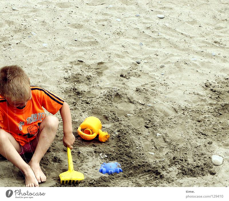 In the beginning was the mould (II) Masculine Child T-shirt Rake Jug Toys Hand Sand toys Yellow Playing Vacation & Travel Leisure and hobbies Loneliness Dig