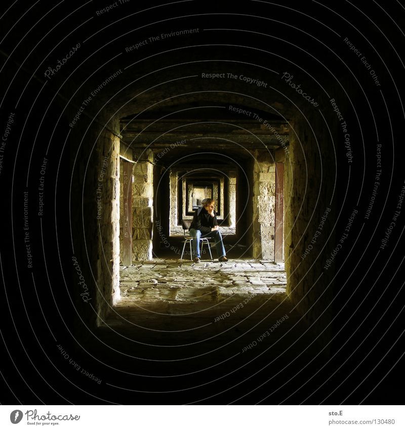 U Fellow Man Masculine Posture Stand Dark Cellar Deep Light Far-off places Wall (barrier) Wall (building) Decline Historic Pattern Black Yellow Square Seating