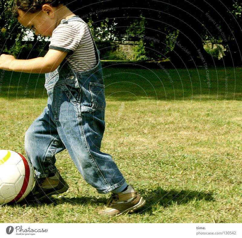 Pampers League / Ball Guide Joy Contentment Playing Ball sports Soccer Child Boy (child) Arm Tree Meadow Toys Passion Concentrate Direction Forwards Practice
