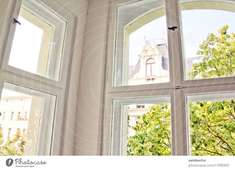 oriel Window Window frame Window transom and mullion Oriel Living or residing Flat (apartment) Old building Window pane Glass Corner Town Vantage point