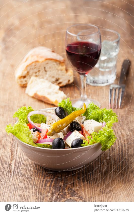 Greek salad Food Cheese Lettuce Salad Dough Baked goods Bread Organic produce Vegetarian diet Bowl Cheap Good Olive Chili feta Red wine Onion ring Green salad