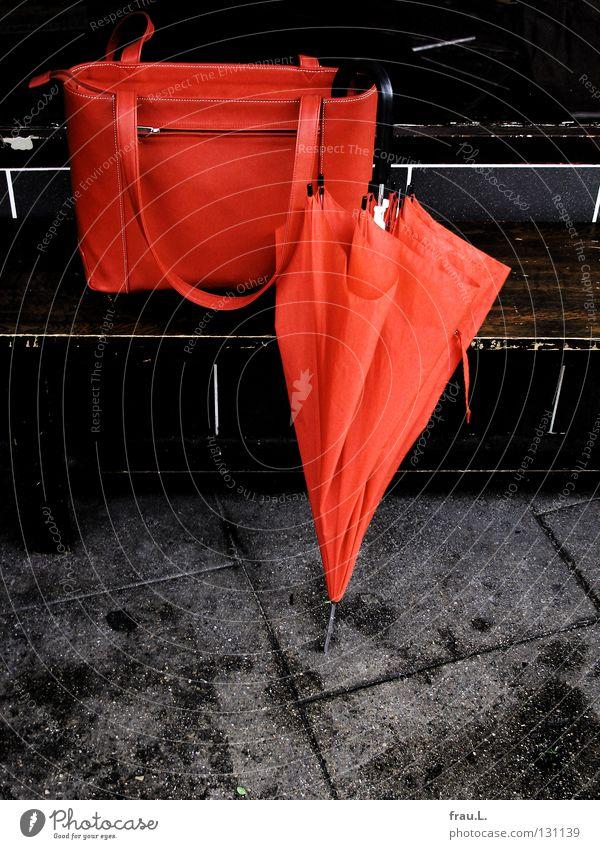 Red Rain Work and employment Leisure and hobbies Clothing Bench Umbrella Sidewalk Café Bag Leather Handbag Sidewalk café Commute Leather bag