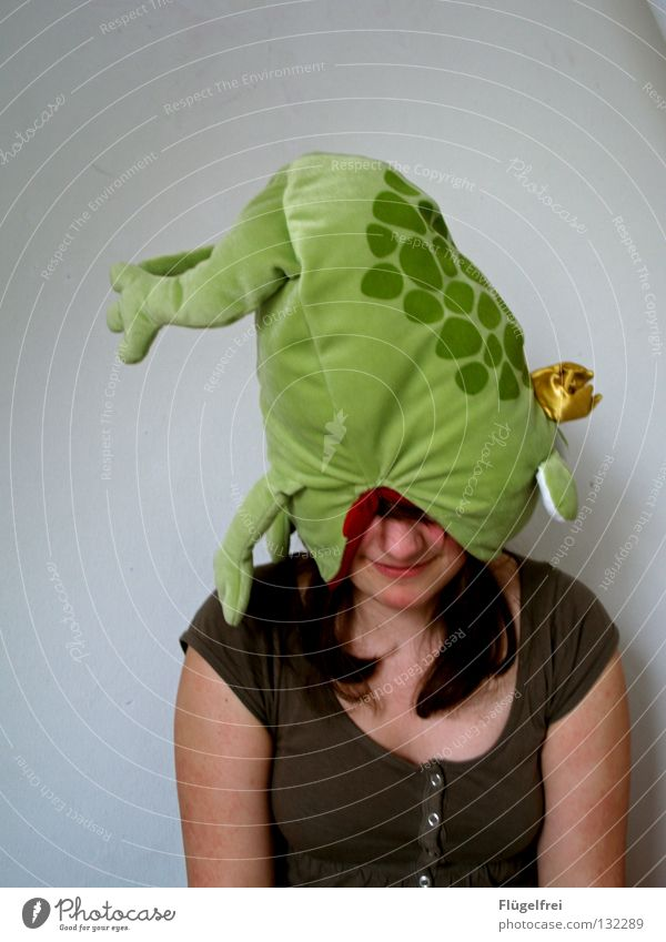 Frog on head Joy Woman Adults Legs Animal Hat Cuddly toy To feed Threat Delicious Gold Green Appetite Dangerous Devour Frog Prince Fairy tale Blind Biology