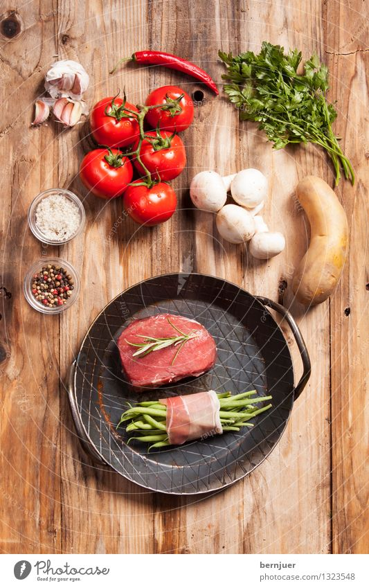 eagle eye Food Meat Vegetable Herbs and spices Organic produce Pan Healthy Good Brown Red Appetite Debauchery loin of beef Steak Beef Beans Pepper Salt Tomato