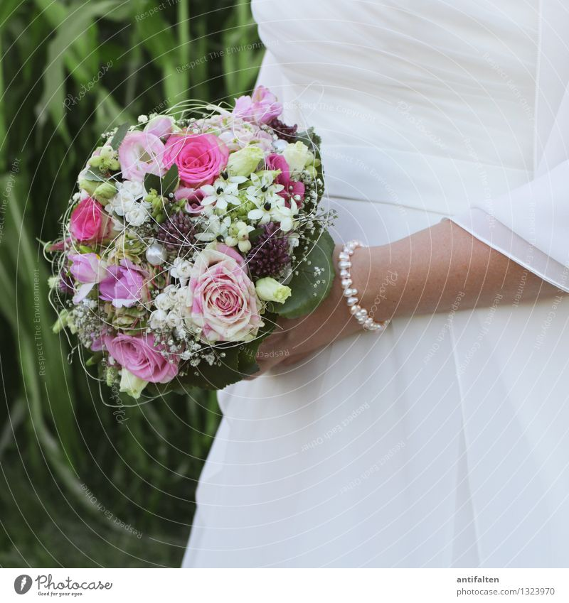 Bridal bouquet in a square Beautiful Skin Feasts & Celebrations Wedding Human being Feminine Woman Adults Body Breasts Arm Hand Fingers 1 30 - 45 years Summer