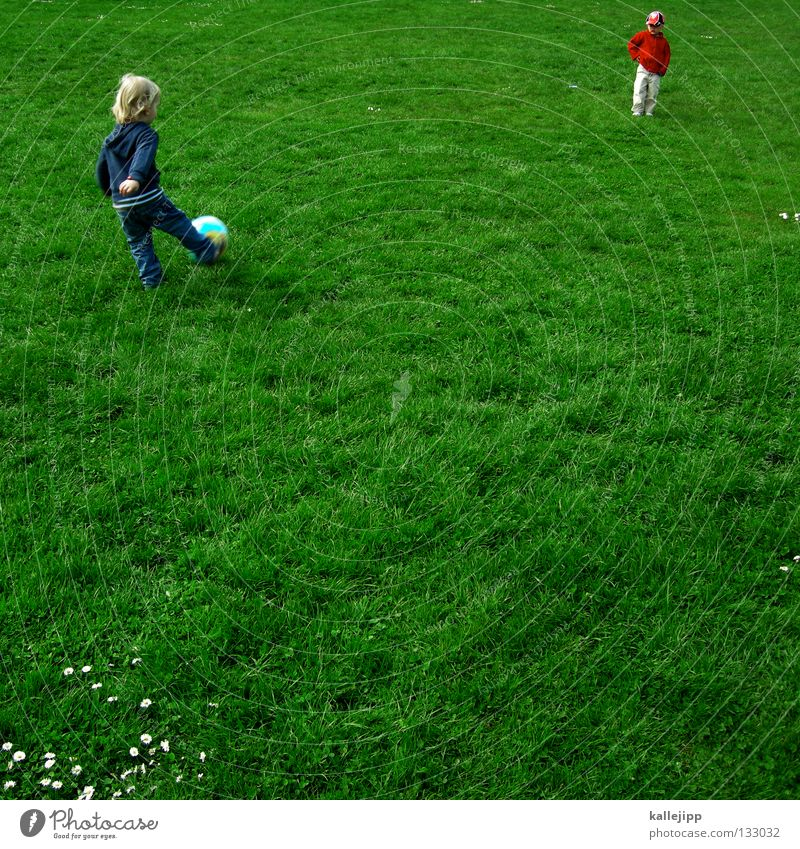Child Green Joy Playing Boy (child) 2 Leisure and hobbies Soccer Ball Lawn Gate Blade of grass Daisy Sports club Sporting event Stuttgart