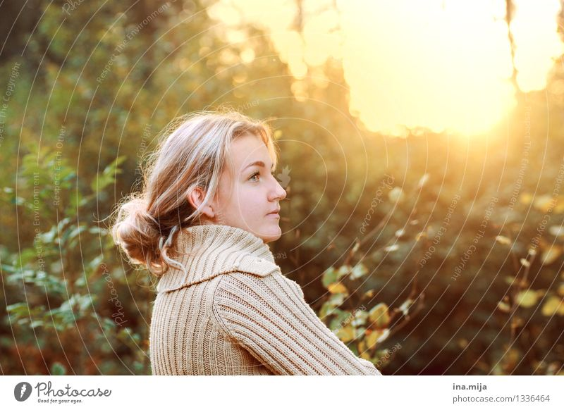 level-headed Human being Feminine Young woman Youth (Young adults) Woman Adults Life 1 18 - 30 years 30 - 45 years Nature Sunrise Sunset Sunlight Sweater
