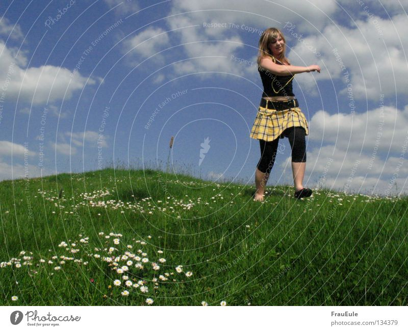 Giant in Tubbieland Sunbeam To enjoy Meadow Clouds White Green Flower Daisy Dandelion Hill Summer Seasons Pearl Pearl necklace Mini skirt Top Yellow Sky Moody