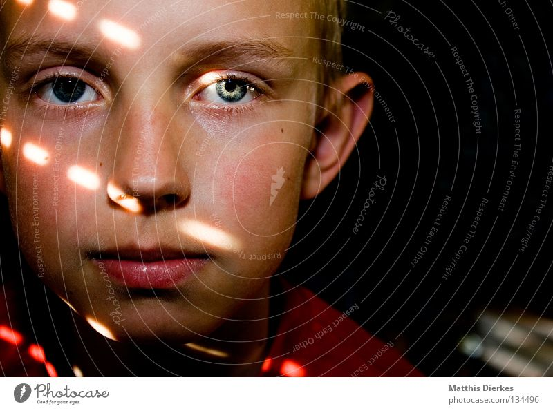 18 | 400 | GRACIAS Small Portrait photograph Awareness Red Hesitate Vulnerable Venetian blinds Sunbeam Belief Calm Shaft of light Light Green Captured