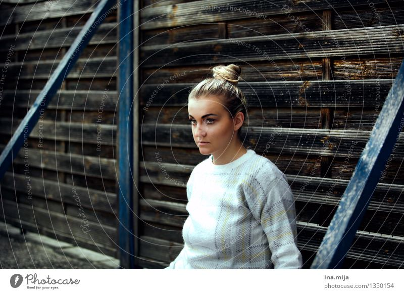 ostracized Human being Feminine Young woman Youth (Young adults) Woman Adults Life Face 1 13 - 18 years 18 - 30 years Fashion Sweater Hair and hairstyles Blonde