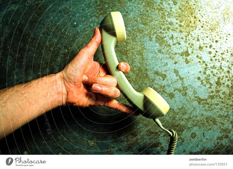 Hand To talk Telephone Communicate Ear Telecommunications To hold on Thumb To call someone (telephone) Discussion Forefinger Receiver Middle finger Ring finger