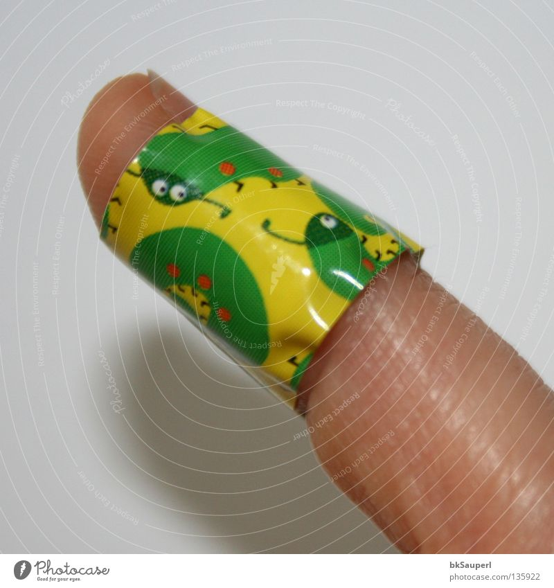 Tausendfüßler am Finger 2 Green Joy Yellow Playing Small Healthy Happiness Fingers Pain Indicate Obscure Extra Cut Adhesive plaster Wound